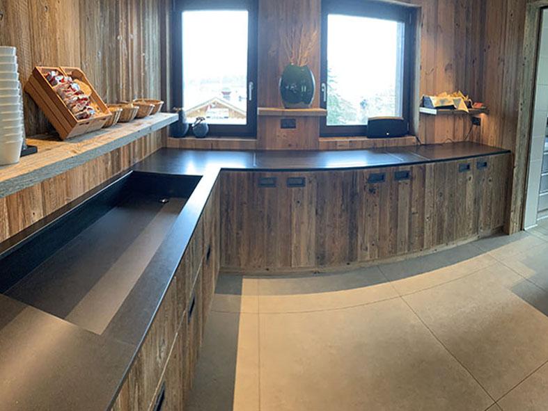 Küche aus Holz in schwarzer Optik für Gäste Buffet